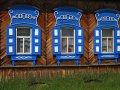 Fenster an einem sibirischen Holzhaus