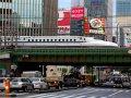 Shinkansen auf Brücke in Tokyo