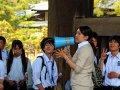 Lehrerin mit Schulklasse im Todai-Ji Tempel in Nara