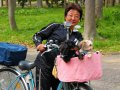 Japanerin mit Hund im Körbchen