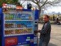 Gunter vor dem Getränkeautomaten in Japan