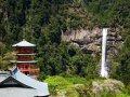 Pagode mit Ichi-no-taki Wasserfall