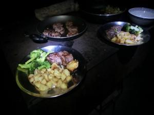 Tahr Lende mit Broccoli und Bratkartoffeln (Neuseeland)