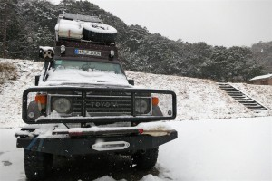 Landcruiser in Japan eingeschneit