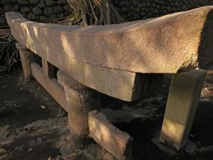 begrabenes Torii auf Sakurajima (Japan)