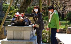 Japaner mit Gesichtsmasken (Mundschutz)