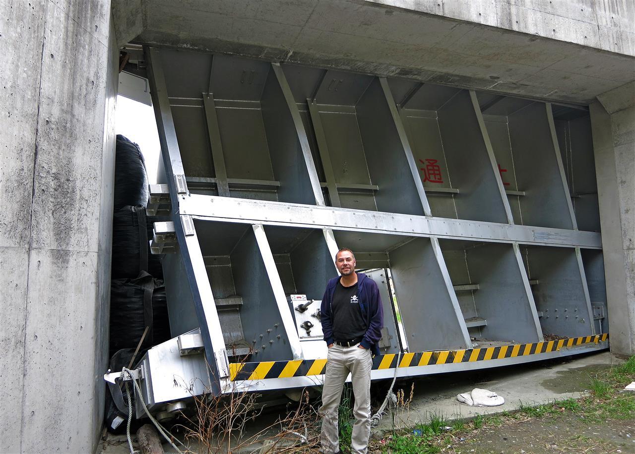 vom Tsunami verbogenes Schutztor (Japan)