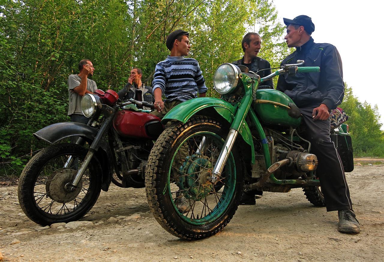 junge Russen auf alten Mopeds (Russland)