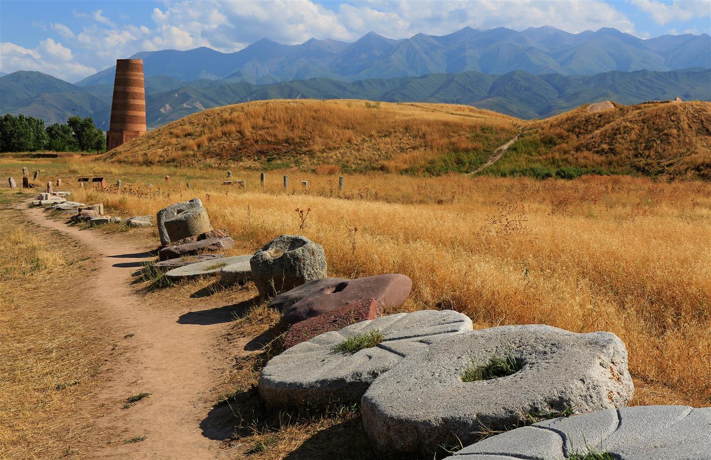 Burana Turm mit Mühlsteinen (Kirgistan)